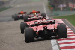 Макс Ферстаппен, Red Bull Racing RB13, Кими Райкконен, Ferrari SF70H, и Себастьян Феттель, Ferrari S