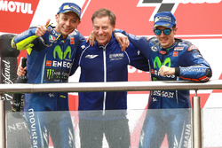 Podium: Tweede plaats Valentino Rossi, Yamaha Factory Racing, Lin Jarvis, Yamaha Factory Racing Managing Director, racewinnaar Maverick Viñales, Yamaha Factory Racing