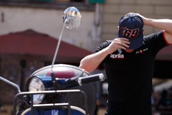 Sam Lowes puts on a Nicky Hayden cap