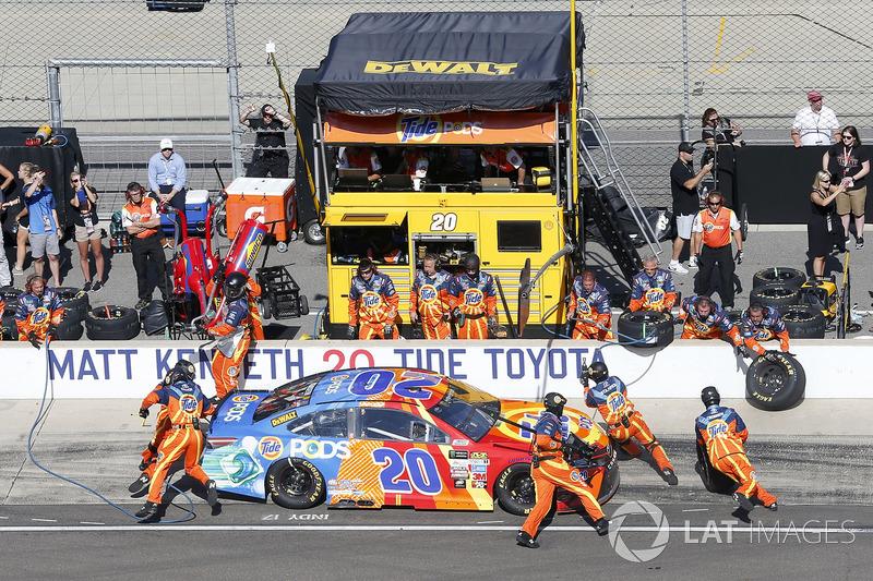 Matt Kenseth, Joe Gibbs Racing Toyota pit stop