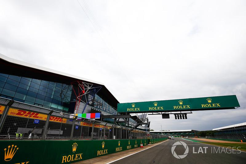 Rolex en la recta, frente el ala de Silverstone y los pits