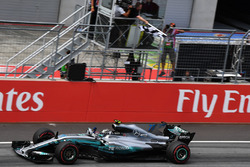 Переможець гонки Валттері Боттас, Mercedes AMG F1 F1 W08, фінішує під картатим прапором