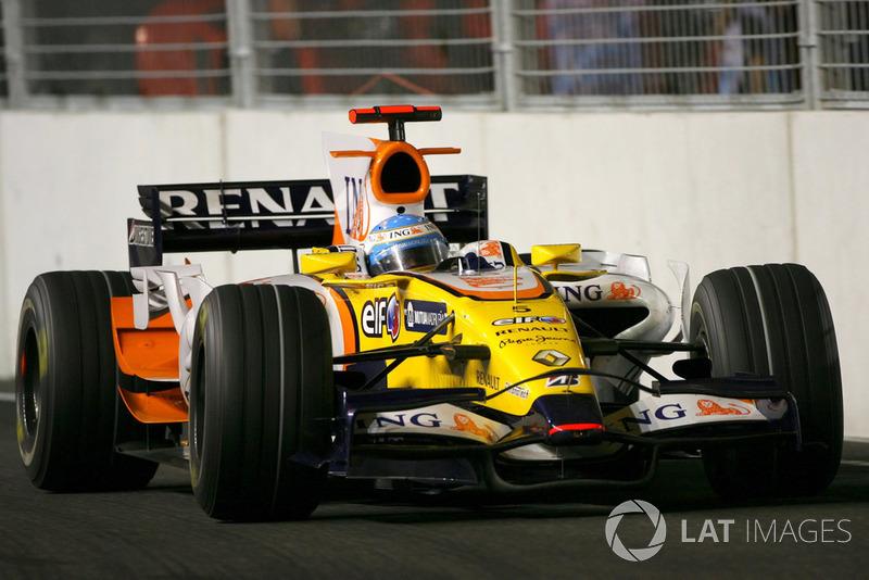 ...после которого в лидеры вышел – сюрприз – Фернандо Алонсо. Машина испанца становилась все легче, и ехал он все быстрее. И перед вторым пит-стопом пилот Renault настолько нарастил отрыв, что спокойно выехал первым и помчался к победе