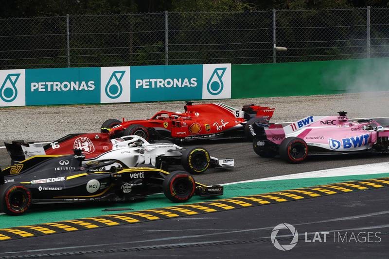 Sebastian Vettel, Ferrari SF71H gira después del contacto con Lewis Hamilton, Mercedes AMG F1 W09 en la vuelta uno como Max Verstappen, Red Bull Racing RB14 pasa