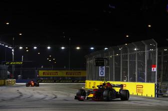 Max Verstappen, Red Bull Racing RB14, leads Sebastian Vettel, Ferrari SF71H