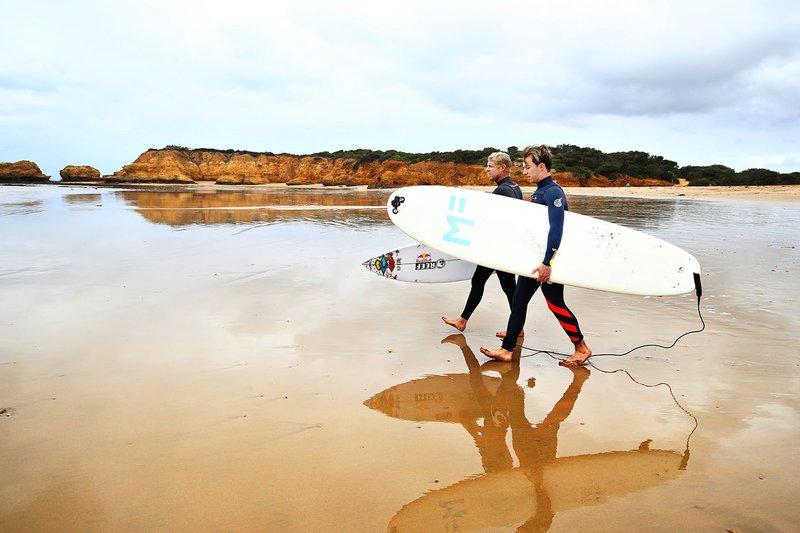 Pierre Gasly, Red Bull Racing posa para una foto después de surfear con la leyenda del surf Mick Fanning