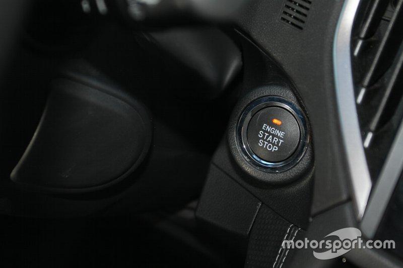 ...безключовий доступ та запуск двигуна кнопкою також є у базовій версії.