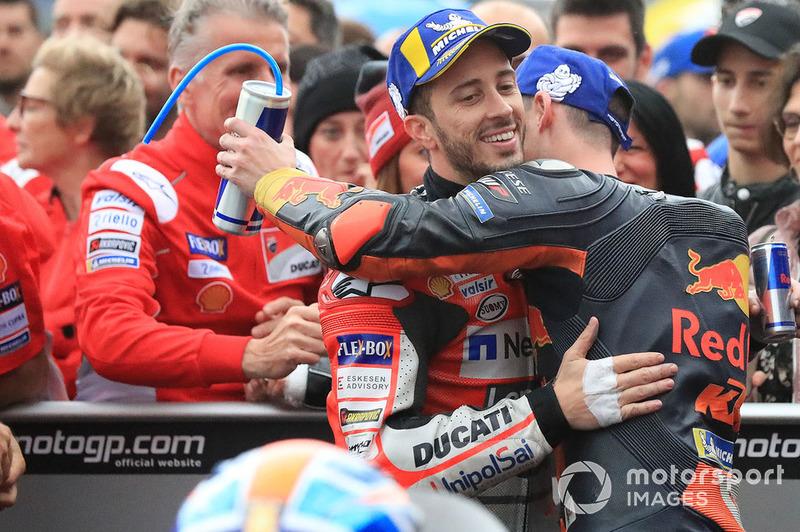 Переможець гонки Андреа Довіціозо, Ducati Team, третє місце Пол Еспаргаро, Red Bull KTM Factory Racing