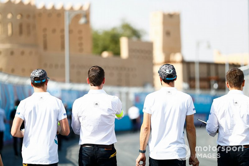 Stoffel Vandoorne, HWA Racelab, Gary Paffett, HWA Racelab, walk the track
