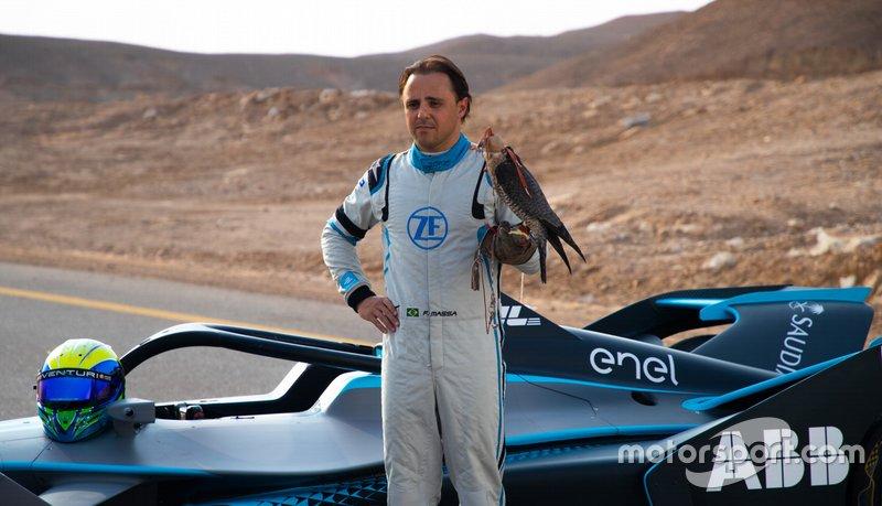 Felipe Massa posa con il falco