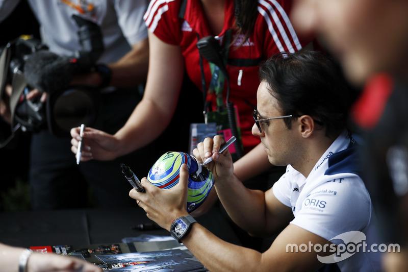Felipe Massa, Williams, firma un casco miniatura