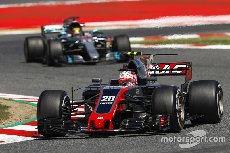 Кевин Магнуссен, Haas F1 VF-17, и Льюис Хэмилтон, Mercedes AMG F1 W08