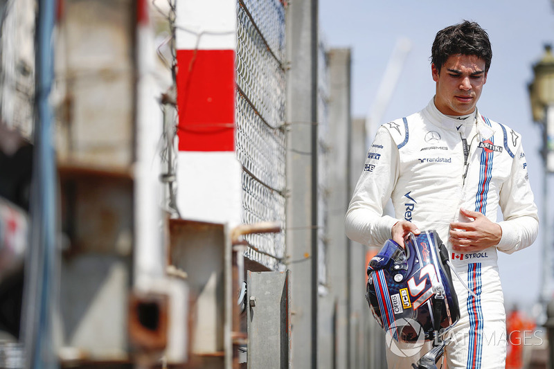 Lance Stroll, Williams, regresa a los pits después del choque