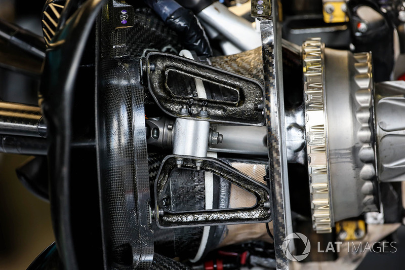 Red Bull Racing RB13 detalle del eje de rueda
