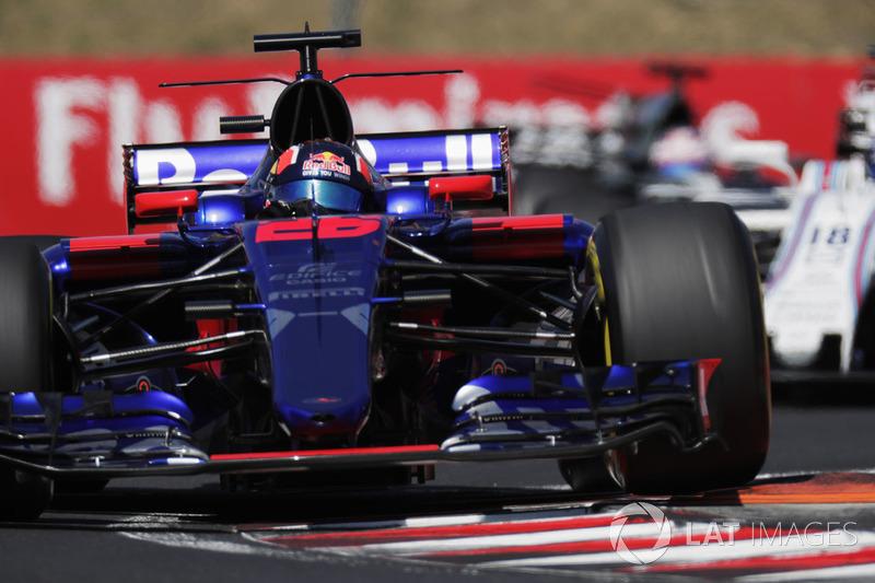 Данііл Квят, Scuderia Toro Rosso STR12, проїжджає по бордюру