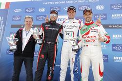 Podium: Le vainqueur Tom Chilton, Sébastien Loeb Racing, Citroën C-Elysée WTCC, le deuxième Rob Huff, All-Inkl Motorsport, Citroën C-Elysée WTCC, le troisième Tiago Monteiro, Honda Racing Team JAS, Honda Civic WTCC