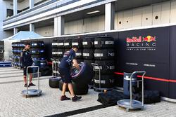 Red Bull Racing-monteurs en Pirelli-banden