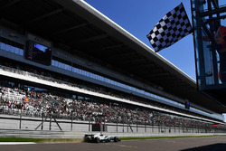 Valtteri Bottas, Mercedes AMG F1 F1 W08 toma la bandera a cuadros