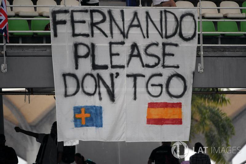 A sexta-feira foi o primeiro dia dos fãs verem os carros na pista e alguns deles levaram mensagens de apoio a Fernando Alonso.
