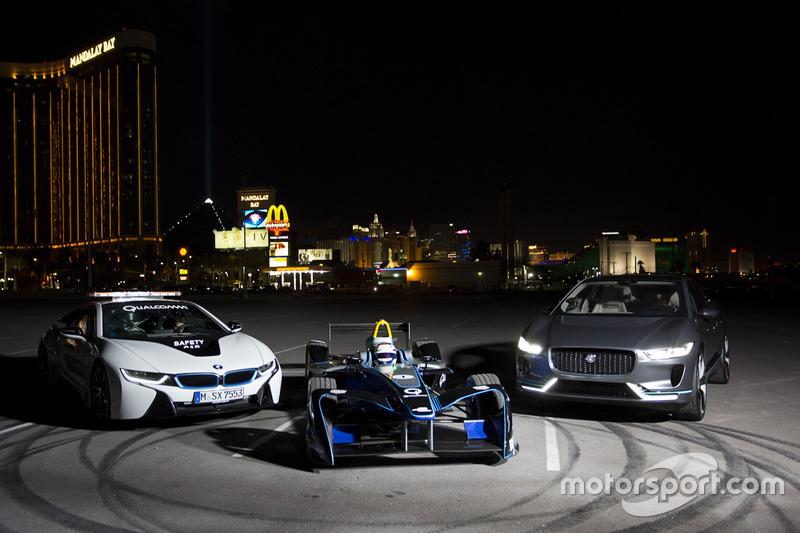 Sam Bird, DS Virgin Racing, estaciona entre el coche de seguridad BMW i8 y Jaguar-ritmo SUV