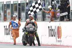 Johann Zarco, Monster Yamaha Tech 3, schiebt sein Bike ins Ziel