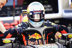 Daniel Ricciardo, Red Bull Racing RB13, entre dans son cockpit avec le Halo