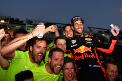 Race winner Daniel Ricciardo, Red Bull Racing celebrates with the team