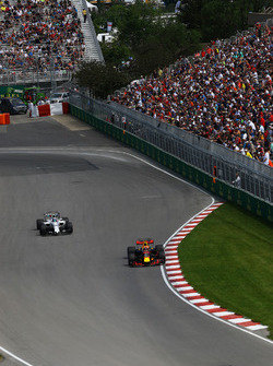 Max Verstappen, Red Bull Racing RB13 y Lance Stroll, Williams FW40