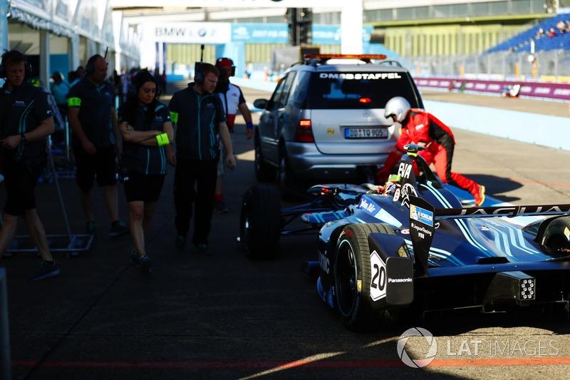 Streckenposten bergen das Auto von Mitch Evans, Jaguar Racing