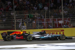 Lewis Hamilton, Mercedes AMG F1 W08, battles with Daniel Ricciardo, Red Bull Racing RB13