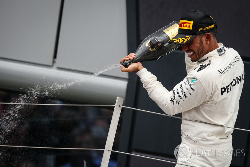 Ganador de la carrera Lewis Hamilton, Mercedes AMG F1 que se celebra en el podio