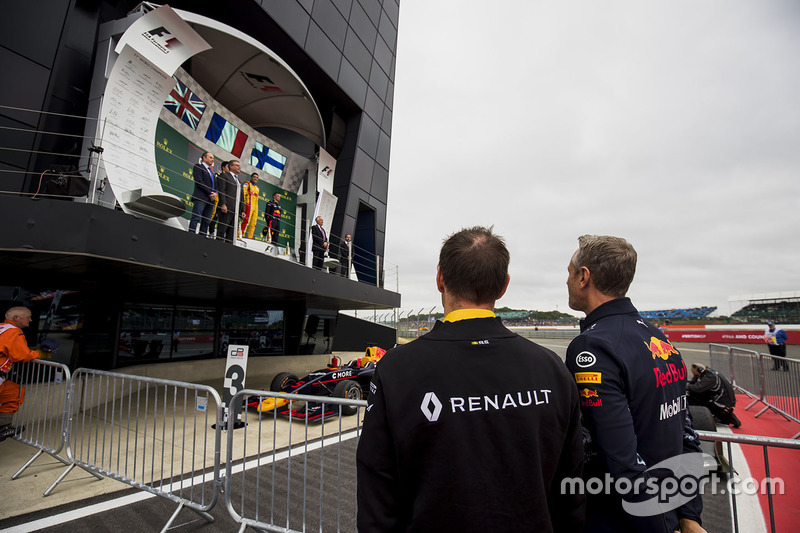 Alan Permane, Renault, Jonathan Wheatley, Red Bull Racing mira el podio