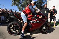 Lewis Hamilton, Mercedes AMG F1 arriveert op het circuit op zijn motor
