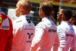 Ніко Росберг, Mercedes AMG F1 та Льюїс Хемілтон Mercedes AMG F1 на старті слухають національний гімн