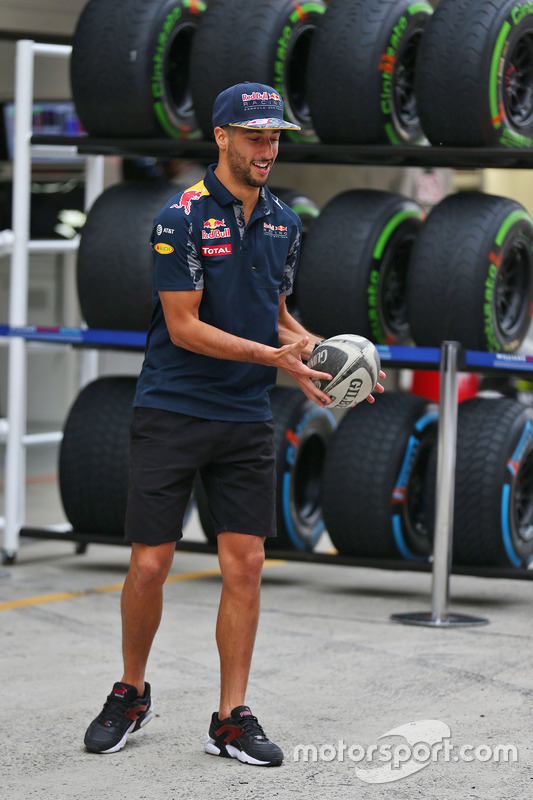 Daniel Ricciardo, Red Bull Racing met een rugbybal