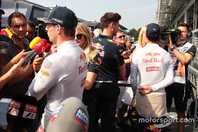 (Da sx a dx): Max Verstappen, Red Bull Racing e Daniel Ricciardo, Red Bull Racing con i media