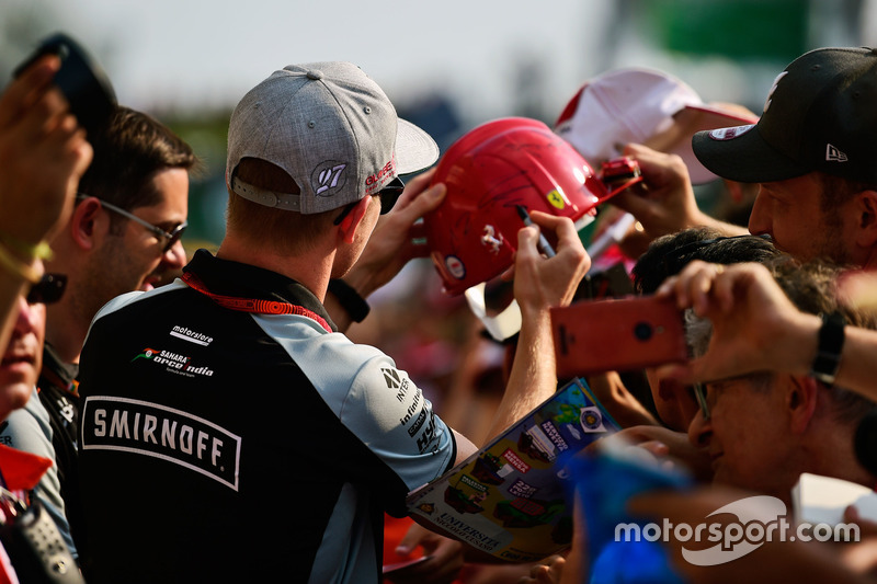 Nico Hulkenberg, Sahara Force India F1 imza dağıtıyor
