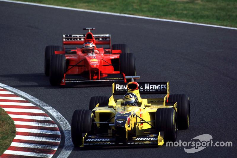 ... Ferrari-Pilot Schumacher (hier hinter Damon Hill) fährt auf die Pole-Position