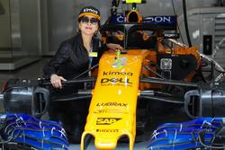 Actress Carina Lau in de pitbox van McLaren