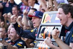 Max Verstappen, Red Bull Racing, 1° classificato, festeggia con il team