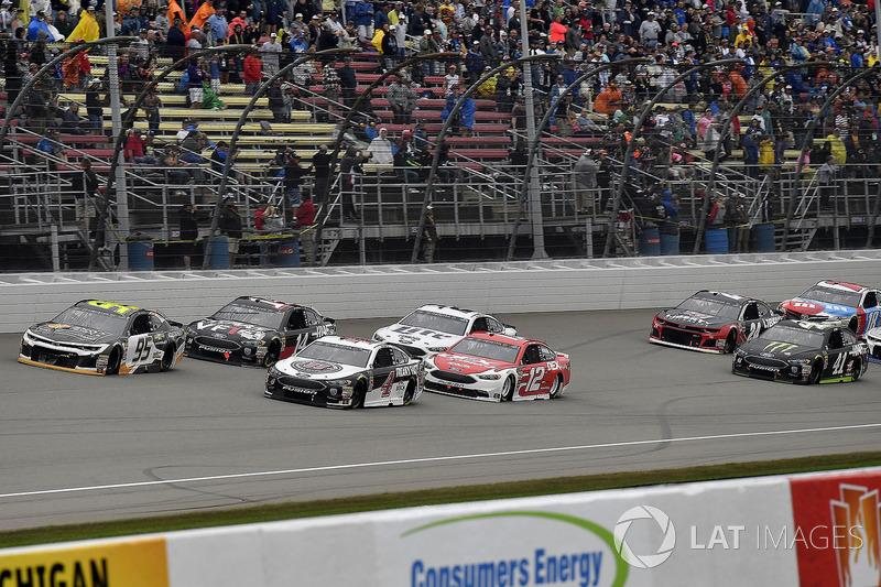 Kasey Kahne, Leavine Family Racing, Chevrolet Camaro Chevy Accessories e Kevin Harvick, Stewart-Haas
