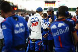 Brendon Hartley, Toro Rosso, parle avec Sean Gelael, Toro Rosso, sur la grille