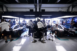 Los ingenieros en el trabajo en el garaje de Mercedes