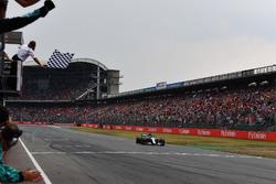 Le vainqueur Lewis Hamilton, Mercedes-AMG F1 W09 sous le drapeau à damier