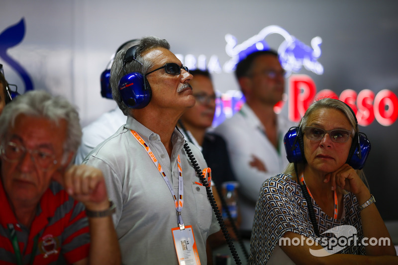 Dr. Mario Theissen visite le garage Toro Rosso