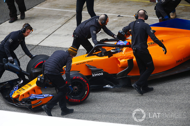 Fernando Alonso, McLaren MCL33, is pushed back into his garage