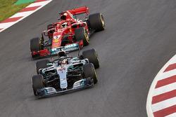 Льюис Хэмилтон, Mercedes AMG F1 W09, и Себастьян Феттель, Ferrari SF71H