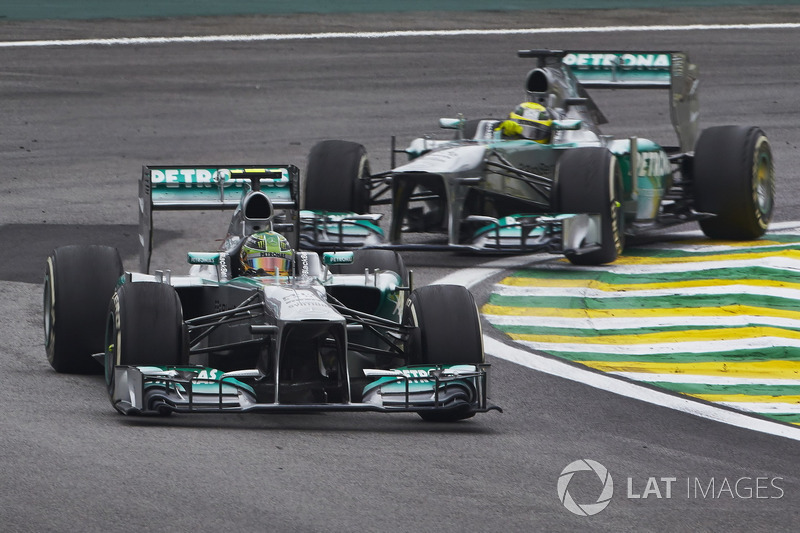 Lewis Hamilton, Mercedes W04 precede Nico Rosberg, Mercedes W04