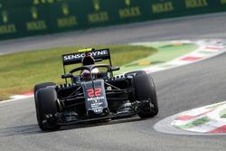 Jenson Button, McLaren MP4-31 con la cubierta de la cabina de Halo