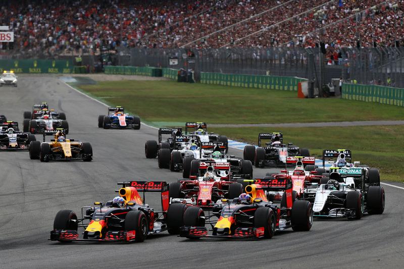 Daniel Ricciardo, Red Bull Racing RB12 y Max Verstappen, Red Bull Racing RB12 al inicio de la carrera